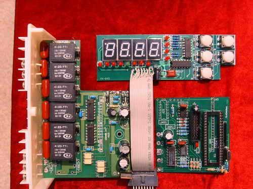 产品型号:LD1-B4J 产品规格:台 产地:山东青岛 价格:300-500 产品介绍:1、功能:  能实现制冷和制热的双向控制。  可单机或多机控制。  可运行制冷防冻、冬季防冻、水流保护、供液阀等按功能要求顺序开机。 2、技术参数:  温度设定范围:-35至50,分辩率1。  回归温差设定范围:1至10,分辩率1。  融霜温度设定范围:-10至10。  融霜退出温度设定范围:0至20。 DYHY系列电脑制冷控制器 LD1B4 产品优势介绍: 故障率: 温度控制,智能化