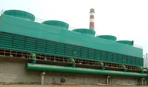 其工作原理是这样的:电厂的冷却塔上的水是用泵打