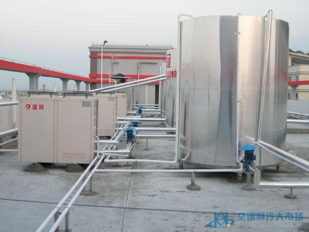效的热水生产技术,结合我国用户的使用特点,全新开发出一系列空气能热泵热水机组,在进水温度、进水压力、环境温度等参数不断变化的情况下,始终保证出水温度恒定在设定值(出厂设定55),45~60可调。机组开启30秒即有热水产生,源源不断地流入保温储水箱中供用户使用。 空气能热泵热水机组是根据逆卡诺循环原理,机组以少量电能为驱动力,以制冷剂为载体,源源不断地吸收空气或自然环境中难以利用的低品位热能(-25-43),转化为高品位热能,实现低温热能向高温热能的转移;再将高品位热能释放到水中制取热水(65,最高达