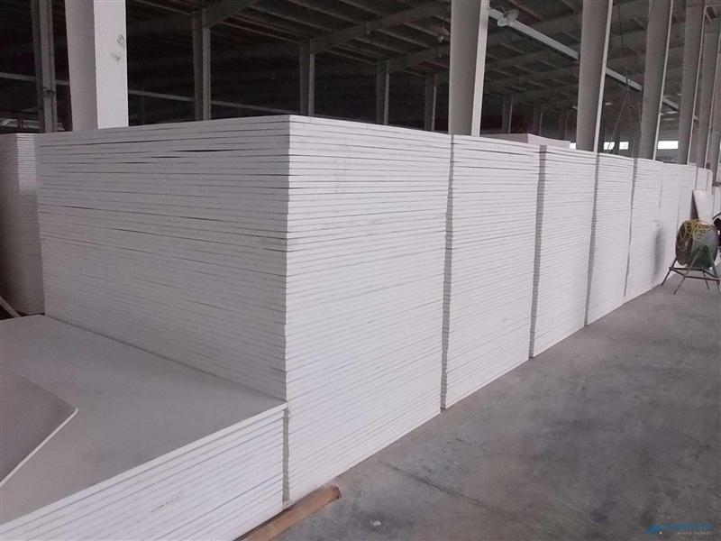 供应山东德州玻镁板风管、玻镁板组合风管价格、玻镁板风管远威玻镁风管是替代无机玻璃风管和玻璃纤维风管的最新新一代环保节能型风管。产品结构为三层复合,即内外两层高强度无机材料和中间一层保温材料。玻镁复合风管板材表面光滑、平整,漏风率仅为一般风管的5%,大大提高了空气输送效率。在生产、制作、安装、使用此产品过程中,玻镁复合风管均不生产对环境有害的物质,不生锈、不发霉、不积尘,无玻璃纤维风管的粉尘和纤维;无异味,导热系数低,保温性能极佳,具有良好的隔音、吸音性能,无铁皮风管收缩和扩张时产生的噪音;不燃、抗折、耐压