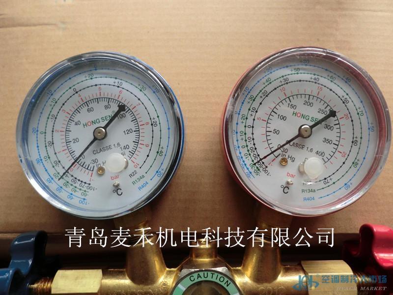 鸿森CT-536C双氟表 型号:CT-536C 用途:用于空调系统的制冷剂加注,并显示实时系统压力,测量和控制制冷剂的压力、流量。 主要部件有:挂钩、低压表-蓝色、高压表-红色、低压接口、加注口、高低压手柄,同时附带三根一米长的高压三色橡胶软管,具有很强的防渗透性,耐高压。 青岛麦禾机电科技有限公司位于中国青岛,专业从事制冷行业产品研发、生产、批发及零售,主要经营产品:国产及进口R-12、R-22、R-123、R134A、R-410A、R-407C、R-502、R-600A制冷剂,美优乐、比泽尔、谷轮、泰