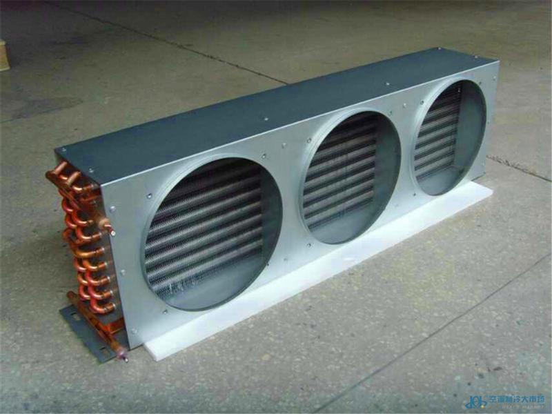 冷凝器基本特性 材料:铜管,铝箔,镀锌板或铝板 铜管:光管或内螺纹管 铝箔:亲水箔或光箔 铜管管径:5mm,7mm,7.94mm,9.52mm,12.7mm和15.88mm等。 翅片:开窗片,平片,波纹片 翅片间距:可调。 类型:单扇,双扇,四扇,六扇等系列。 风机:100-120V,220-240V,380V ,罩极式或外转子风机。 适用于:制冷剂R134A, R22, R404A, R407C等。 外壳:有外壳或无外壳。 孔间距模具:和等 泄露测试:在气压测试下无泄漏。 适用范围:广泛运用于空调,冷库