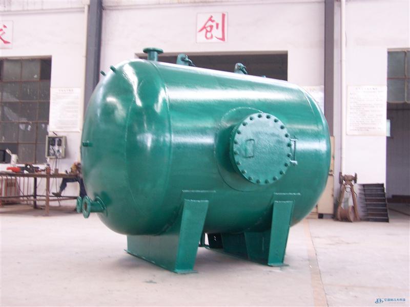 北京鼎世恒(010-58674097)生产的浮动盘管换热器:传热元件为悬臂盘管的形式,蒸汽在加热水的过程中,使盘管产生一种高频颤动,使盘管的膜状传热变为珠状传热,大大提高了传热能力,传热系数K3000W/M2,同时由于水流的冲刷作用使盘管的悬臂自由浮动、胀缩自如,因而不易结水垢,若在长期使用过程中,积累了少量水垢,通过管子的自由伸缩,将能自动脱垢,因而经长期使用换热的效率仍不下降,效果良好。 浮动盘管换热器性能的特点: 1、采用新型结构浮动盘管束,提高了传热能力,同时自动脱垢能力大提高; 2、束可采用活