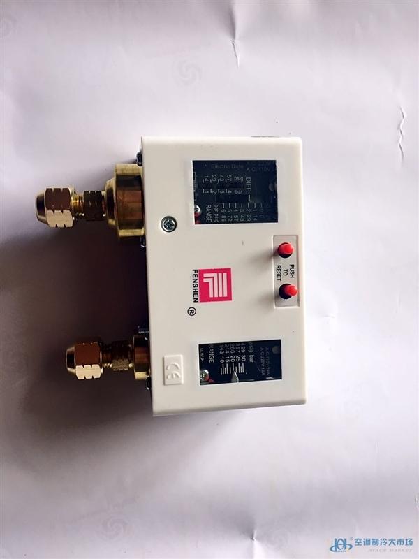 P30D-3S(2S)三(两)级压力控制器它具有三(二)个单刀双掷型开关,可适用于各种采暖、通风、制冷空调、冷凝风机、 空气压缩机、水泵等能量卸荷的自动控制中。它可以作为三(两)级供热、三(两)级供冷和三(两)级供水的控制之用。 使能源合理运用,达到节能的目的。 P/PC 系列压力控制器用于保护制冷或空调装置的压缩机,使之免于吸气压力过低或排气压力过高。 P/PC 系列压力控制器也可以用于启动和停止压缩机及空气冷凝器的风扇。 P/PC 系列压力控制器还可以用于水泵,消防,锅炉,液压,熨烫,真空等设备。 P