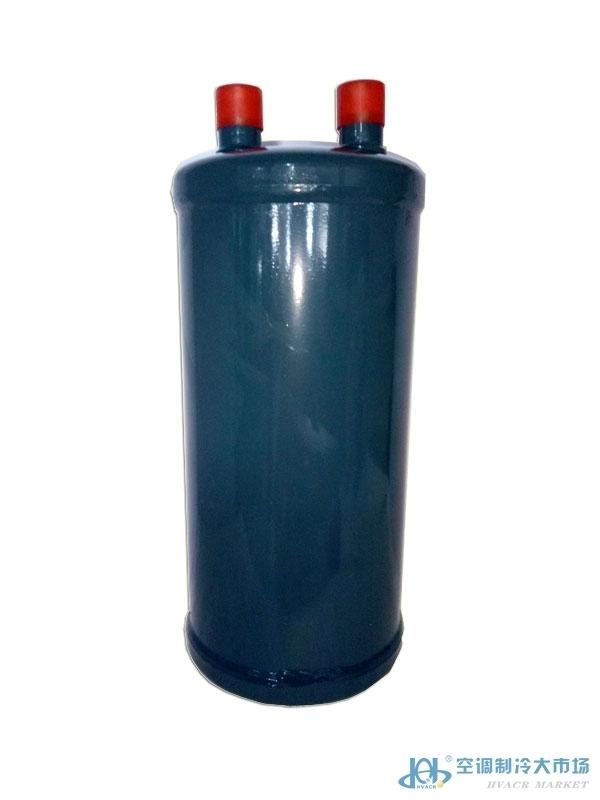 PLW型气液分离器 制冷循环系统中,当制冷剂回到压缩机前必须完全气化。因此在制冷剂进入压缩机前必须将气态和液态分离,让气态制冷剂进入压缩机,才不会让压缩机导致液击,液态制冷剂在器体内慢慢蒸发,待蒸发后才会进入压缩机。在蒸发器与压缩机之间的吸气管路上安装一台气液分离器,使得气态和液态的完全分离,保证压缩机不受液击。 从蒸发器来的气态并非完全是气态,通过气液分离器的膨化作用之后,气态从出气管回到压缩机,系统中残存的冷冻油沉积在气液分离器底部,为了使残存系统中冷冻油回到压缩机,在气液分离器中的回气管底部设有回