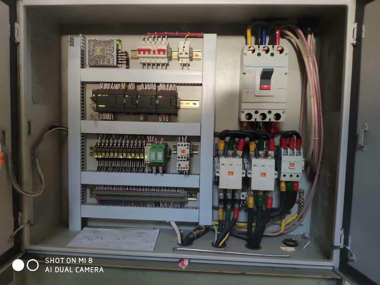 本控制箱采用西门子品牌plc与西门子触摸屏,程序严谨,设置多重保护